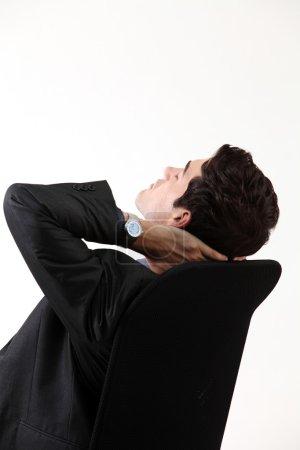 Photo pour Gros plan de l'homme d'affaires relaxant sur la chaise - image libre de droit