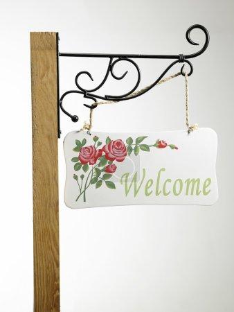 Photo pour Signalisation de bienvenue en bois sur le poteau - image libre de droit
