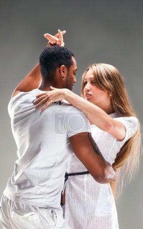 Photo pour Salsa des Caraïbes de jeune couple danse, studio tourné - image libre de droit