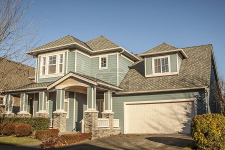 Photo pour Maison de famille de luxe avec aménagement paysager sur le devant et ciel bleu sur le fond - image libre de droit