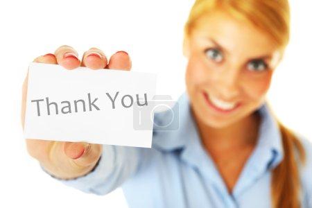 Photo pour Un portrait flou d'une femme montrant une carte de visite avec une inscription « thank you » sur fond blanc - image libre de droit