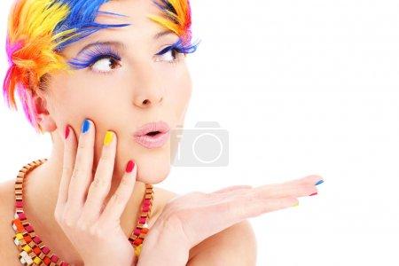 Photo pour Un portrait d'une femme heureuse dans un maquillage coloré posant sur fond blanc - image libre de droit