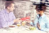 Muž dává v restauraci