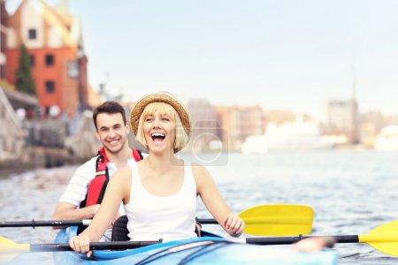 Photo pour Une photo d'un jeune couple dans un canot - image libre de droit