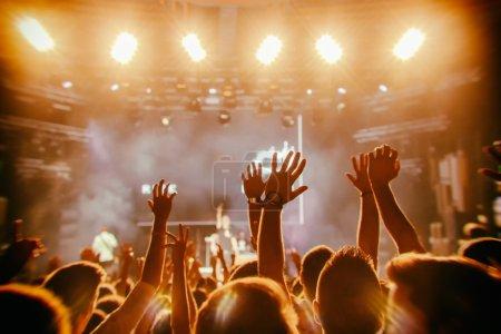 Photo pour Acclamations de la foule devant les lumières de la scène lumineuse - image libre de droit