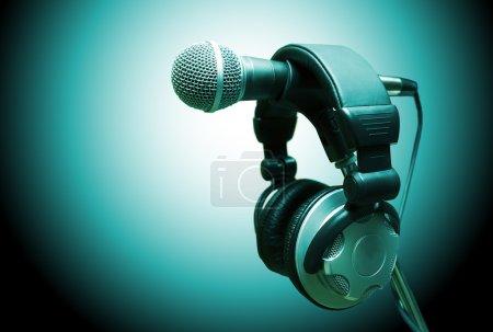 Photo pour Micro et casque. audio concept et enregistrement en studio - image libre de droit
