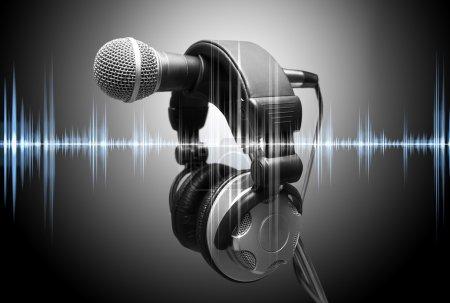 Photo pour Microphone et écouteurs. Concept audio et enregistrement studio - image libre de droit