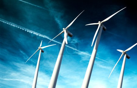 Foto de Molinos de energía ecológica y poderoso concepto .industrial eólica installation.wind - Imagen libre de derechos
