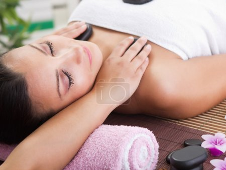 Photo pour Beauté femme détente dans spa centre - image libre de droit