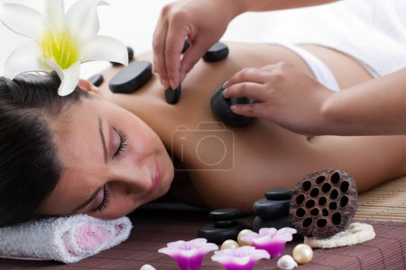 Photo pour Belle femme dans salon de massages - image libre de droit