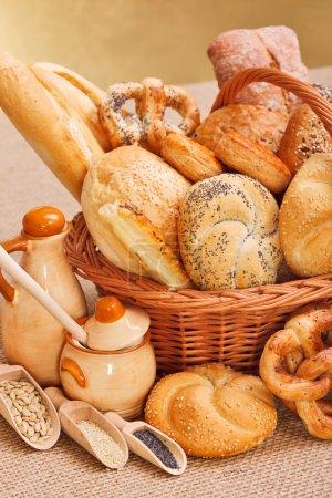 Photo pour Produits de boulangerie frais dans le panier en osier, divers ingrédients décoration - image libre de droit