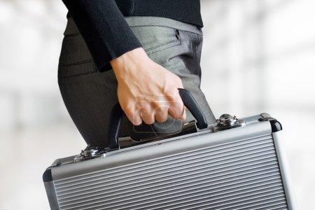 Photo pour Femme d'affaires détenant une mallette en aluminium. - image libre de droit