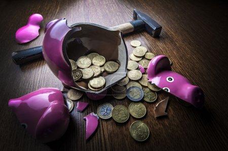 Photo pour Boîte à monnaie rose craquelé cochon gros plan - image libre de droit