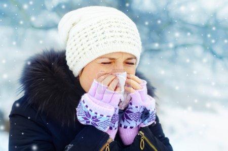 Photo pour Femme avec un froid à l'extérieur en hiver - image libre de droit