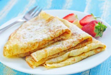 Photo pour Crêpes à la fraise dans une assiette - image libre de droit