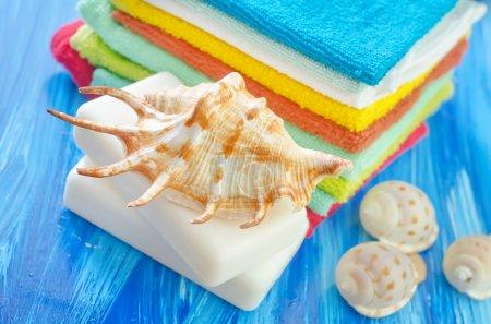 Photo pour Savon et serviettes sur une table - image libre de droit