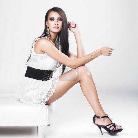 Photo pour Belle femme brune avec une élégante robe blanche. Photo de mode - image libre de droit