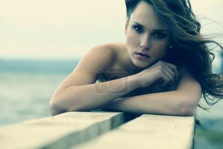 Photo pour Portrait de plein air de belle jeune femme blonde près du lac - image libre de droit