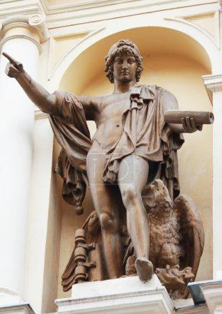 Photo pour Statue de Prométhée (livre à la main signifie la lumière de la connaissance que Prométhée a donné les êtres humains. aigle aux pieds symbolise le développement et la victoire de l'humanité contre les dieux olympiques). - image libre de droit