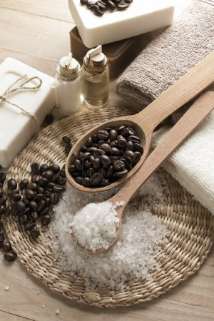 Photo pour Café spa aromatique avec sel de mer et savon - image libre de droit