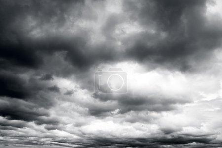 Photo pour Nuages de tempête gris sombre et menaçant . - image libre de droit
