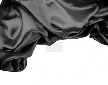 Photo pour Gros plan d'étoffe de soie noire ridée sur fond Uni - image libre de droit