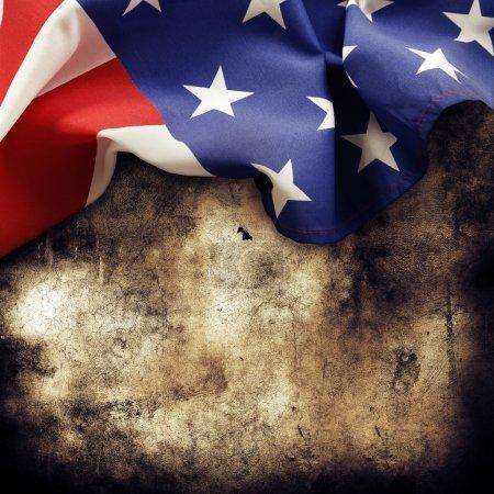 Photo pour Gros plan d'un drapeau américain sur fond grunge - image libre de droit