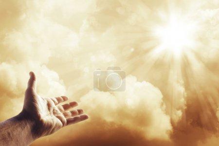 Foto de Mano buscando el cielo - Imagen libre de derechos