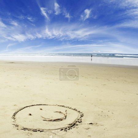 Photo pour Visage réalisé sur sable à la plage - image libre de droit