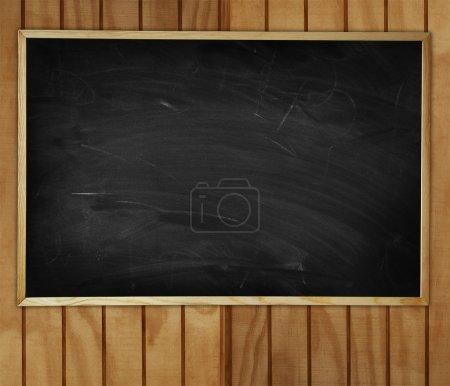 Photo pour Tableau noir vierge sur mur en bois - image libre de droit