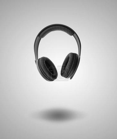 Photo pour Écouteurs sur fond gris - image libre de droit