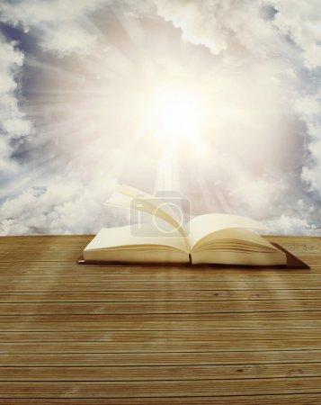Photo pour Livre ouvert devant le ciel - image libre de droit