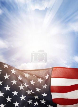 Photo pour Drapeau américain dans le ciel bleu - image libre de droit