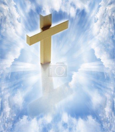 Photo pour Croix dans les nuages blancs ciel céleste - image libre de droit
