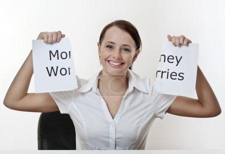 Photo pour Femme assise à un bureau sans soucis d'argent - image libre de droit