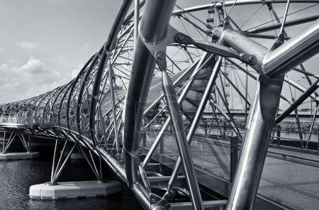 Foto de SINGAPUR. El puente Helix en Singapur, es un puente peatonal que une Marina Centre con Marina South en el área de Marina Bay en Singapur . - Imagen libre de derechos