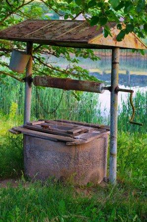 Photo pour Vieux puits dans le village ukrainien - image libre de droit