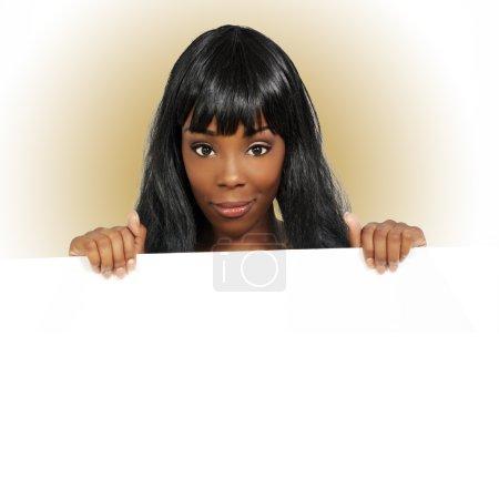 Photo pour Une charmante jeune femme tient un signe blanc vierge . - image libre de droit