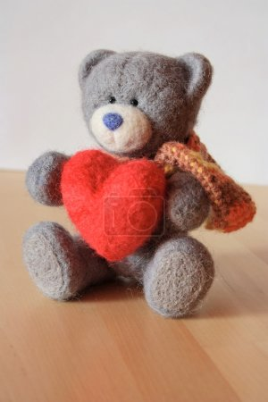 Photo pour Ours gris jouet laine détient coeur rouge - image libre de droit