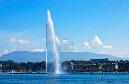Photo pour Le jet d'eau (jet d'eau) est une grande fontaine à Genève, Suisse et est l'un des monuments les plus célèbres de la ville. - image libre de droit