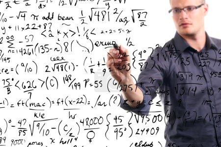 Photo pour L'homme écrit des équations mathématiques sur le tableau blanc - image libre de droit