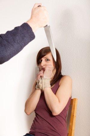 Photo pour Le père en colère menace sa fille avec un couteau - image libre de droit