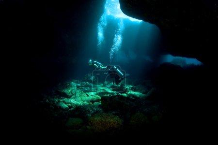 Photo pour Plongeurs explorant un métro de lave dans le sud de Kona Hawaï - image libre de droit