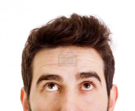Photo pour Jeune homme levant les yeux - image libre de droit