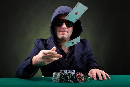 Photo pour Joueur de poker lance deux cartes ace sur fond noir - image libre de droit