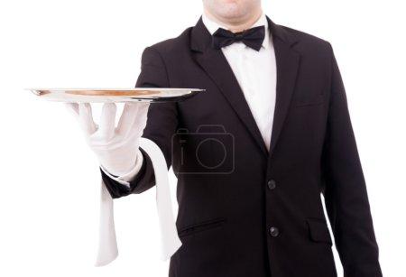 zugeschnittenes Bild eines jungen Kellners mit einem leeren Teller auf weißem B