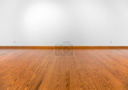 Foto de Pared blanca vacía con focos y piso de madera - Imagen libre de derechos