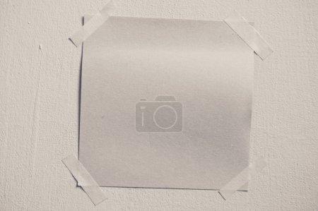 A blank sticky note