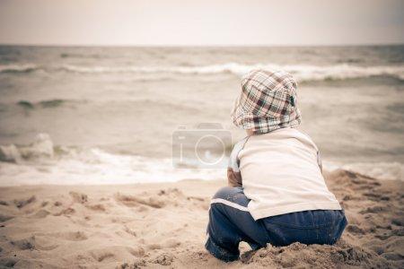 Photo pour Enfant solitaire sur la plage - image libre de droit