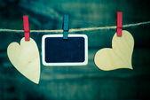 Foto a srdce visí na prádelní šňůru